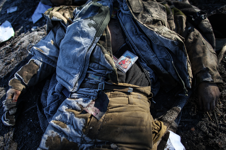 photo: Oleksandr Techynskyi Тело солдата ЗСУ в районе блок поста на дороге М-03, перекресток Чернухино-Никишино.