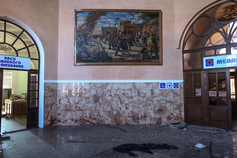 photo: Oleksandr Techynskyi Картина освободжение станции Дебальцево от немецко-фашистских захватчиков в поврежденном здании станции Дебальцево, окуппированом пророссийскими боевиками.